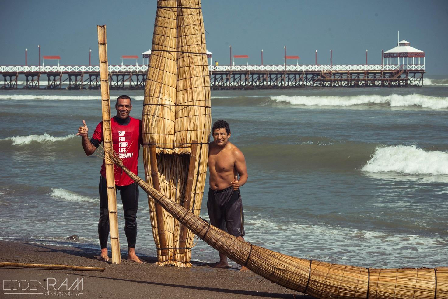 עמית ענבר גולש על סירת קש totora שהיא בעצם המקור לגלישה