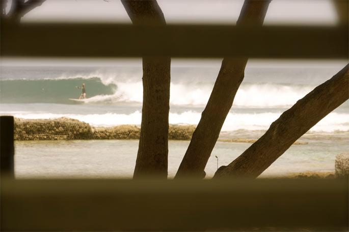 גל ימני מושלם היישר מול בית החוף שלי ויאללה אל המים. - טיול גלישת סאפ במלדיביים - רן כליף