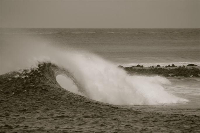 מחזה שחור לבן בתכלת חיוור של יום מדהים שעומד להתחיל - טיול גלישת גלים עם גלשן סאפ במלדיביים - רן כליף