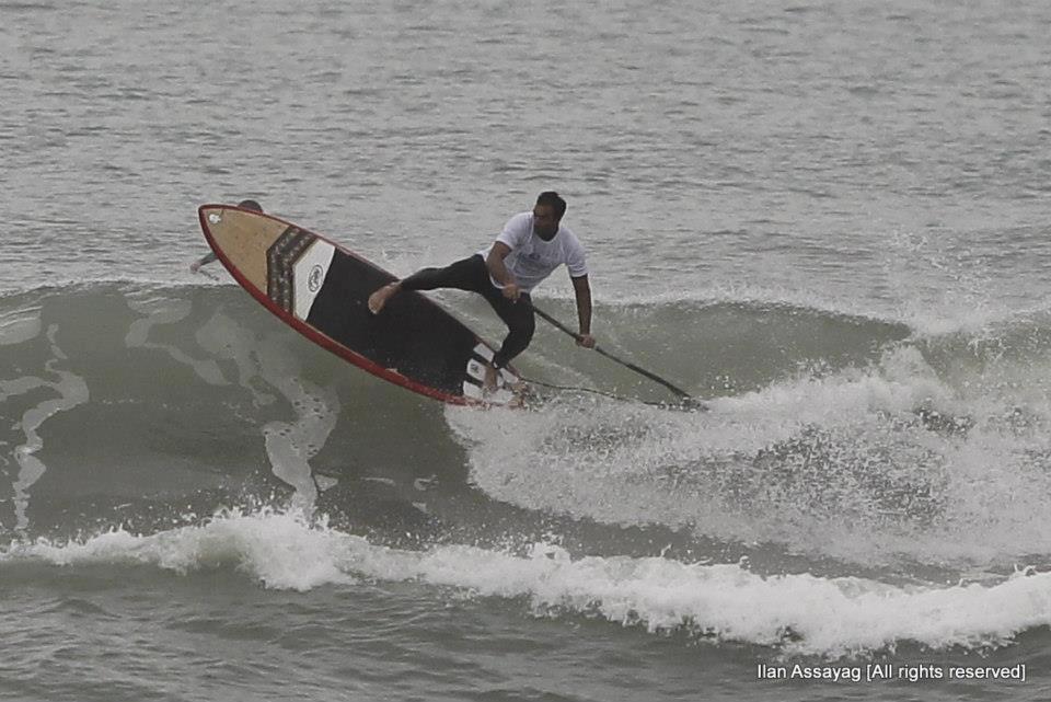 עמית ענבר בסשן גלישת גלים על סאפ - משוטי המחץ 2012